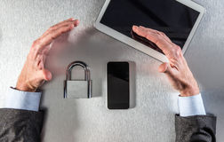 Mãos profissionais seguras que protegem dados para a segurança em linha, acima da vista Imagens de Stock Royalty Free