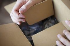 Mãos que abrem a caixa Fotografia de Stock