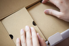 Mãos que abrem a caixa Foto de Stock Royalty Free