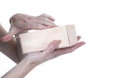 Mãos que abrem a caixa Imagem de Stock Royalty Free