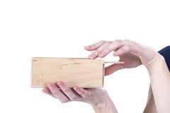 Mãos que abrem a caixa Imagens de Stock