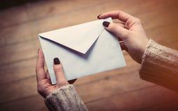 Mãos que abrem o envelope Fotografia de Stock Royalty Free
