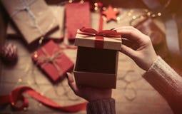 Mãos que abrem o presente Foto de Stock Royalty Free