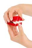 Mãos que abrem o presente e o alargamento Fotos de Stock Royalty Free