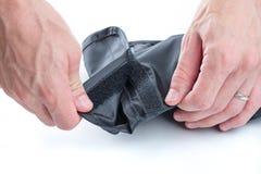 Mãos que abrem o Velcro Imagens de Stock