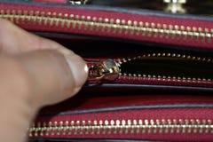 Mãos que abrem ou que fecham zíperes Fotos de Stock Royalty Free