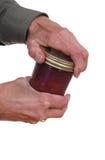 Mãos que abrem um frasco Fotos de Stock Royalty Free