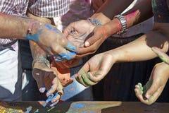 Mãos que alcangam para fora Imagens de Stock Royalty Free