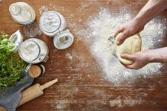 Mãos que amassam a cena caseiro da cozinha da massa da massa Imagens de Stock Royalty Free
