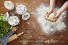 Mãos que amassam a cena caseiro fresca da cozinha da massa da massa Imagem de Stock