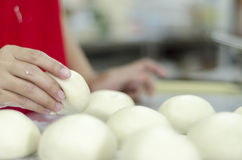 Mãos que amassam a massa de pão Fotografia de Stock Royalty Free