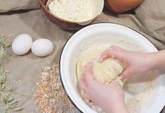 Mãos que amassam a massa de pão de pão Fotos de Stock