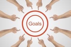 Mãos que apontam à palavra - objetivos Conceito da realização dos objetivos no fundo branco imagens de stock