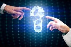 Mãos que apontam na lâmpada poligonal Fotografia de Stock