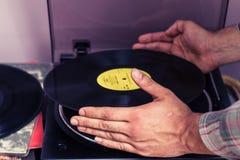 Mãos que colocam LP na plataforma giratória Imagem de Stock Royalty Free