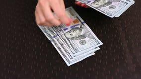 Mãos que contam o dólar video estoque