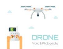 Mãos que controlam vechicle aéreo 2não pilotado Ilustração da fotografia aérea e do vídeo Fotos de Stock Royalty Free