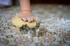 Mãos que cozem a massa o cozinheiro chefe pequeno coze na cozinha Imagens de Stock Royalty Free