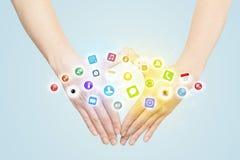 Mãos que criam um formulário com os ícones móveis do app Fotografia de Stock