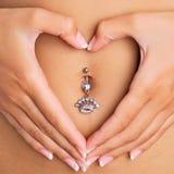 Mãos que dão forma ao coração Fotos de Stock Royalty Free