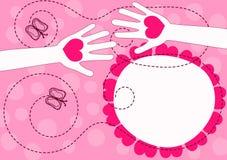 Mãos que dão o cartão do dia de Valentim dos corações Fotos de Stock Royalty Free