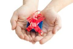 Mãos que dão um presente Fotos de Stock Royalty Free
