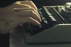 Mãos que datilografam com máquina de escrever Fotos de Stock