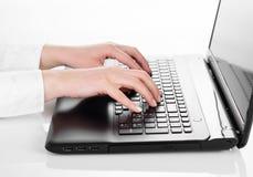 Mãos que datilografam em um computador portátil Foto de Stock Royalty Free