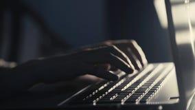 Mãos que datilografam em um portátil vídeos de arquivo