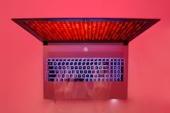 Mãos que datilografam em um teclado do portátil Imagem de Stock
