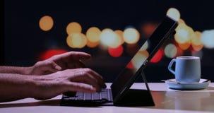 Mãos que datilografam em um teclado portátil para o dispositivo móvel digital da tabuleta filme