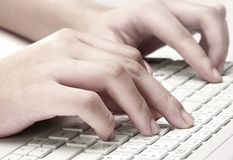 Mãos que datilografam no teclado Imagem de Stock