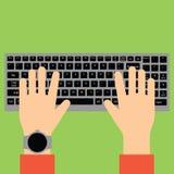 Mãos que datilografam no teclado fotografia de stock