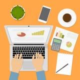 Mãos que datilografam o texto no teclado de computador Gráfico, carta, calculadora fotografia de stock