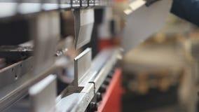 Mãos que dobram o trabalhador da chapa metálica na fábrica video estoque