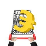 Mãos que empurram o carrinho de compras com euro- sinal 3D dourado Fotos de Stock Royalty Free