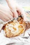 Mãos que envolvem o pé de galinha na folha Foto de Stock Royalty Free