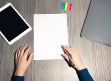 Mãos que escrevem em um Livro Branco fotos de stock royalty free