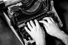 Mãos que escrevem na máquina de escrever velha fotos de stock royalty free