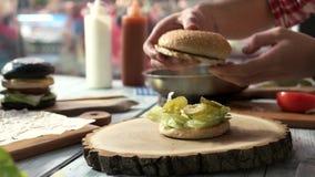 Mãos que fazem o hamburguer vídeos de arquivo