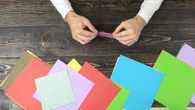 Mãos que fazem o origami filme