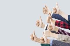 Mãos que fazem os polegares acima Fotografia de Stock