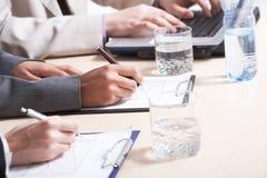 Mãos que fazem a revisão escrita do trabalho de planeamento Imagem de Stock Royalty Free