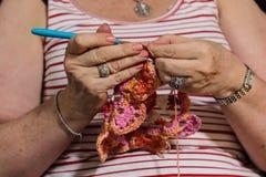 Mãos que fazem um projeto fazer crochê Imagem de Stock Royalty Free
