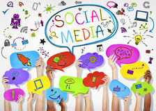 Mãos que guardam ícones sociais dos meios Imagens de Stock Royalty Free