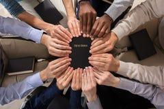 Mãos que guardam a Bíblia Sagrada fotografia de stock