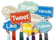 Mãos que guardam bolhas do discurso com conceitos sociais Fotografia de Stock