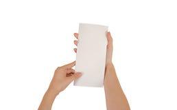 Mãos que guardam a brochura branca vazia do folheto na mão leaflet imagens de stock
