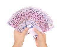 Mãos que guardam 500 cédulas dos euro Fotografia de Stock Royalty Free