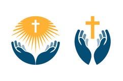 Mãos que guardam a cruz, os ícones ou os símbolos Religião, logotipo do vetor da igreja ilustração stock